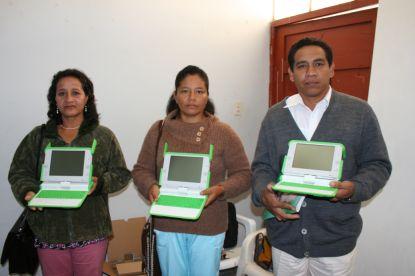 Lehrer mit One-Laptop-Per-Child-Computer. Foto: DREA Amazonas