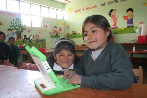 Kinder mit OLPC-Laptop. Bild: ANDINA