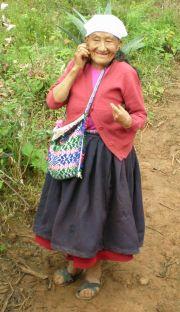 Landwirtin mit Mobiltelefon in Colcamar (Amazonas). Foto: D. Raiser / INFOAMAZONAS