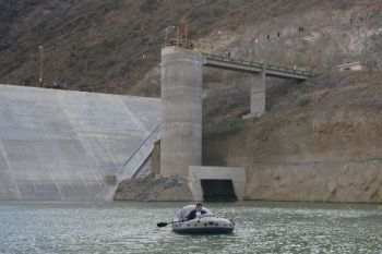 """Staudamm """"El Limón"""" des Olmos-Projektes, Präsident García im Schlauchboot. Foto: Sepres / ANDINA"""