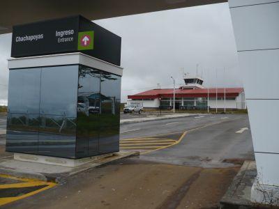 Flughafen Chachapoyas - Parkplatz und Terminal. Foto: D. Raiser / INFOAMAZONAS
