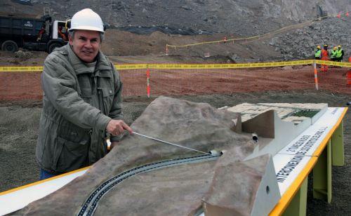 Castañeda erklärt einen Tunnel. Foto: ANDINA/Jorge Paz