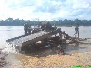 Beschlagnahmtes Floß in Madre de Dios. Foto: ANDINA/Marina de Guerra del Perú.