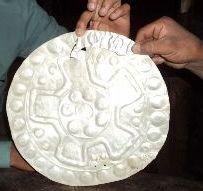 Eine der gefundenen Silberschmiedearbeiten. Foto: Alberto Pintado / ANDINA.