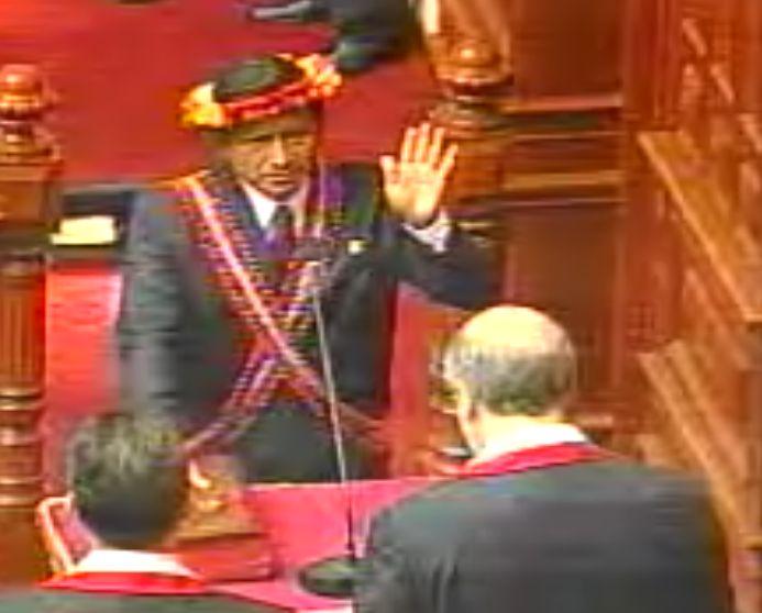 Eduardo Nayap Kinin bei seiner Vereidigung. Bild: peruanischer Kongress.
