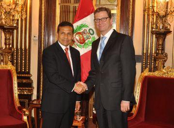 Ollanta und Guido beim Händeschütteln. Foto: Presidencia Peru.