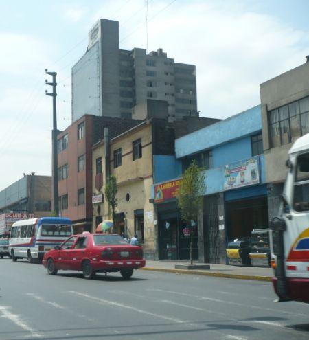 Kleinbusse und Autos in der peruanischen Hauptstadt. Foto: D. Raiser / INFOAMAZONAS.