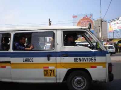 Combi Kleinbus in Lima. Foto: D. Raiser / INFOAMAZONAS.