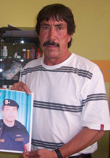 Felipe Bazán Caballero mit dem Foto seines Sohnes. Foto: Radio La Voz.