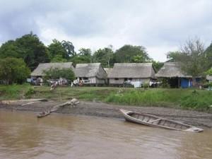 Bald mit Bahnhof? Dorf am Amazonas zw. Iquitos und Yurimaguas. Foto: D. Raiser / Infoamazonas.